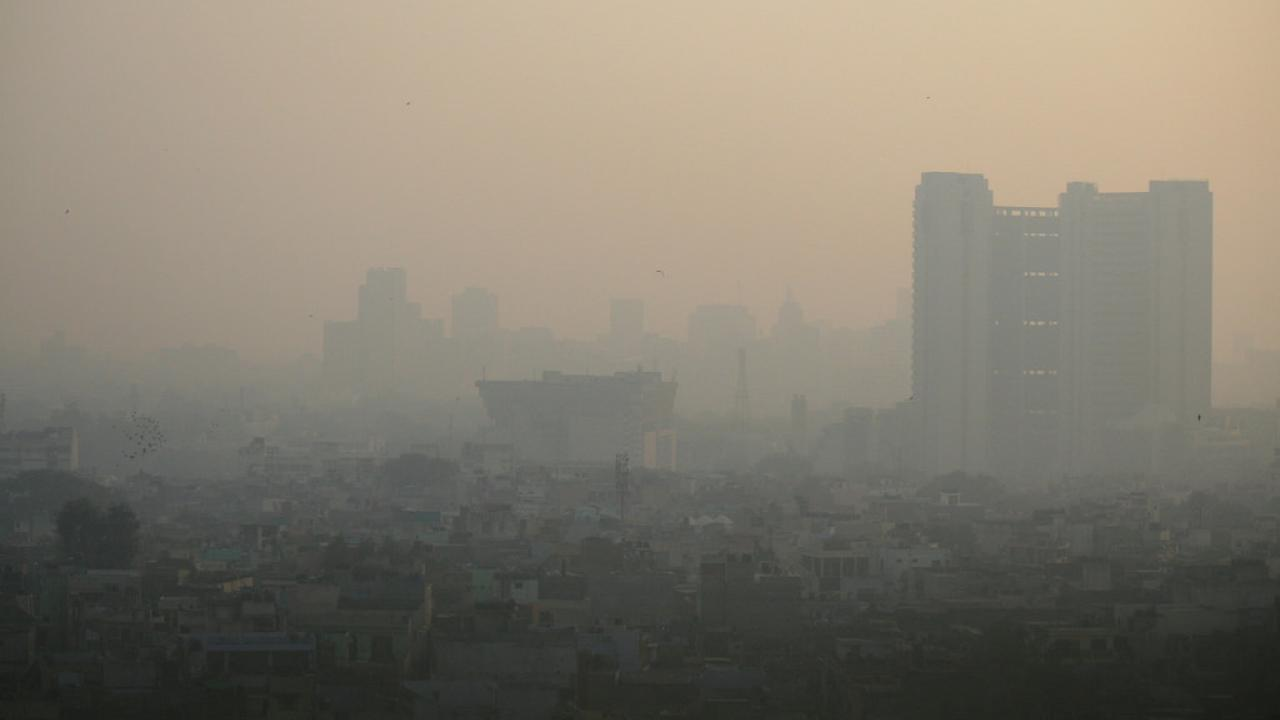 Image: thick smoke settles over New Delhi.